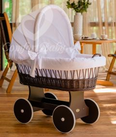 Baby Stubenwagen SNUGLY - Holzfarbe Walnuss - Inklusive Bettset Weiss